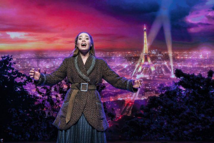 Anastasia Stuttgart - vor der Kulisse von Paris