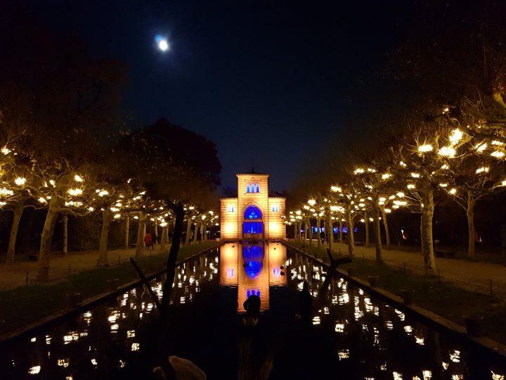 Christmas Garden verwandelt die Wilhelma in Stuttgart durch Lichtinstallationen in ein Märchenland
