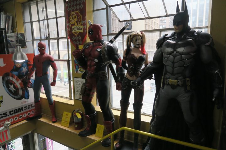 Midtown Comics NYC mit Comic Figuren