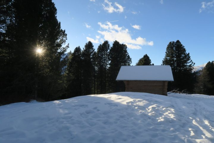 Hütte in Schneelandschaft auf dem Würzjoch