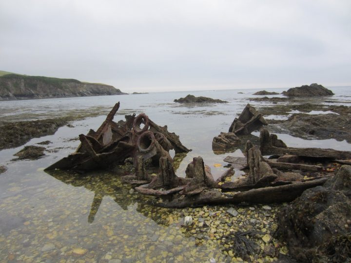 Schiffswrack in Menabilly Cove