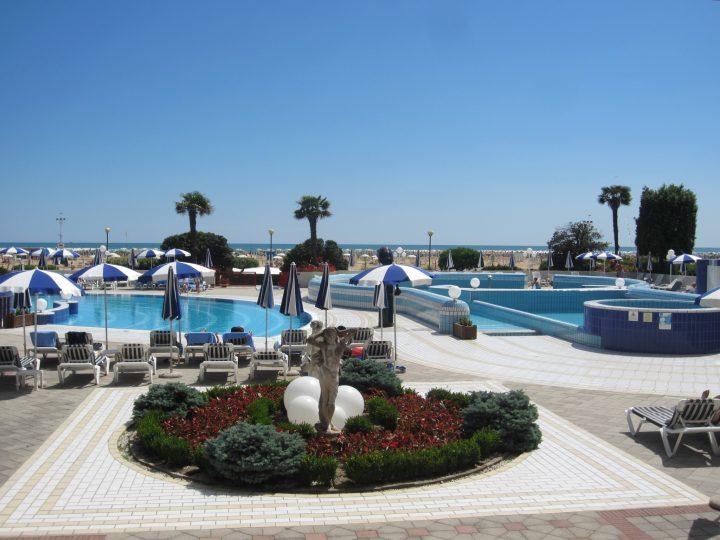Poollandschaft mit Blick auf den Strand, Hotel Imperial Bibione