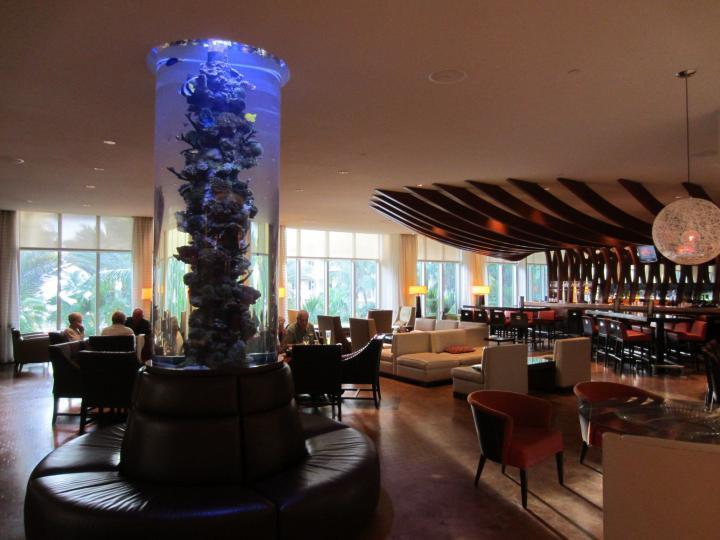 Bar mit Aquarium im Marco Island Marriott Resort
