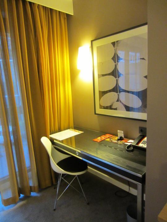 Schreibtisch in unserem Apartment im Adina Hotel Hamburg Michel