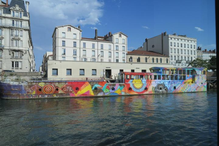 Buntes Hausboot in Lyon, Arosa Luna