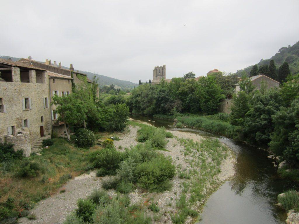 Blick von einer Brücke auf das Kloster von Lagrasse, Frankreich
