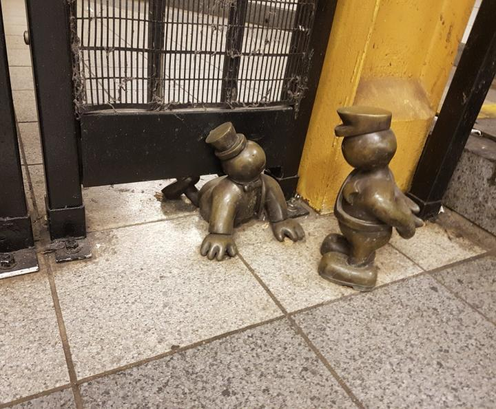 kleine bronzefiguren von tim otterness in New york