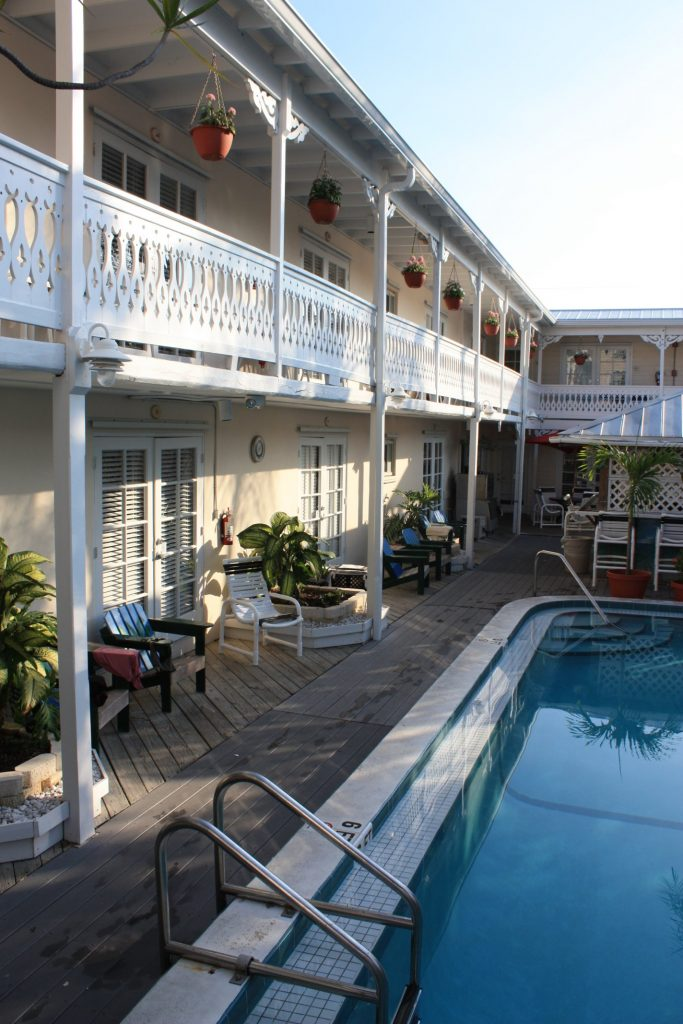 Schöner Pool im Innenhof des Hotels The Palms in Key West, Florida